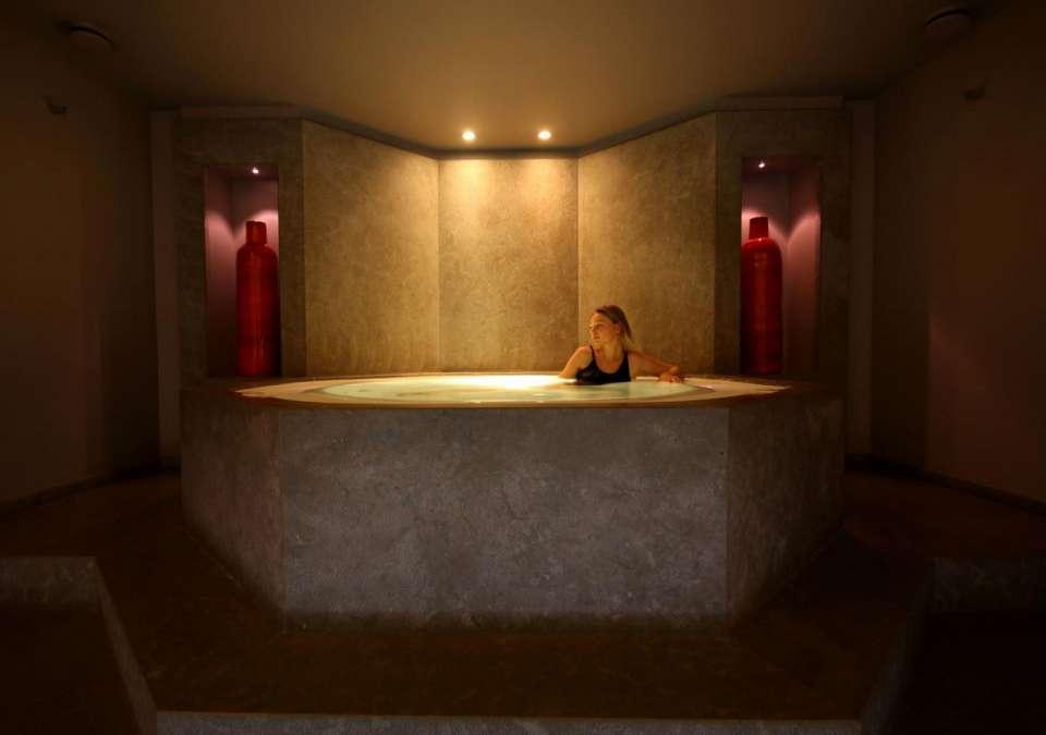 spa hôtel Paris jacuzzi du pavillon de la reine staycation