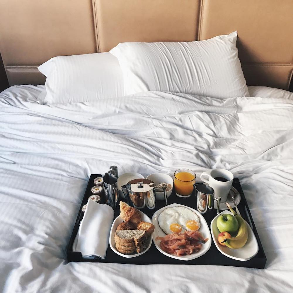 staycation boutet petit dejeuner au lit room service