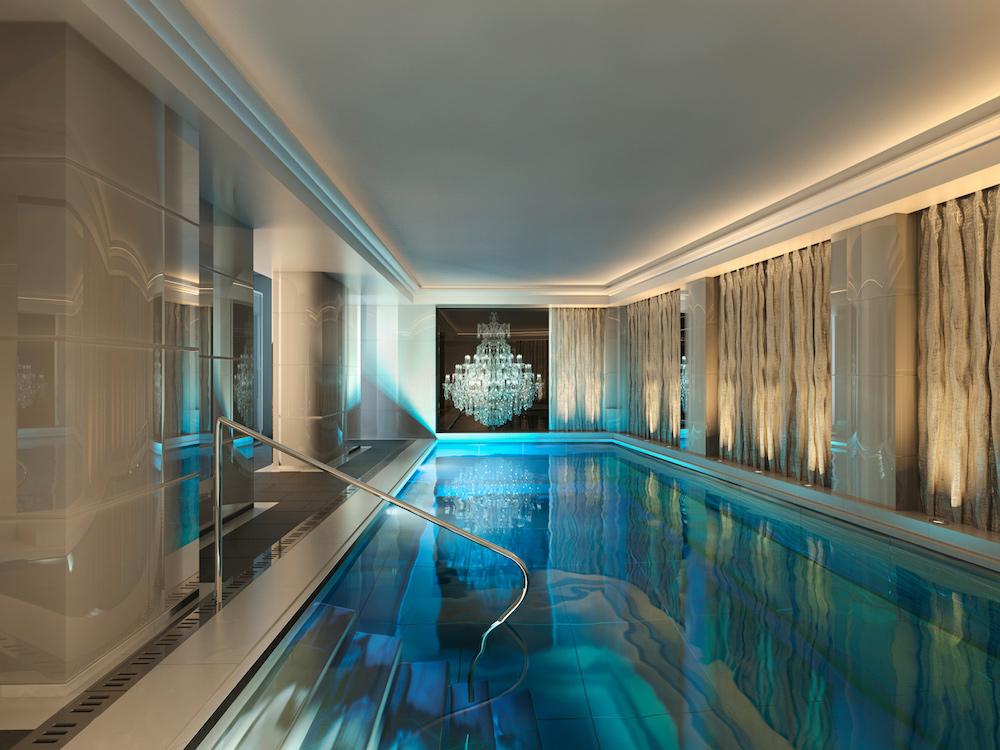 staycation-week-end-amoureux-paris-idee-surprendre-amoureux-hotel-de-luxe-piscine