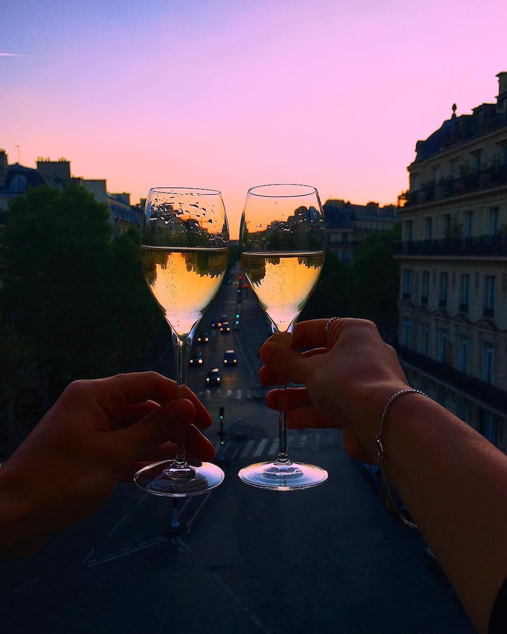 staycation-week-end-amoureux-paris-idee-surprendre-amoureux-champagne-balcon-vue-paris