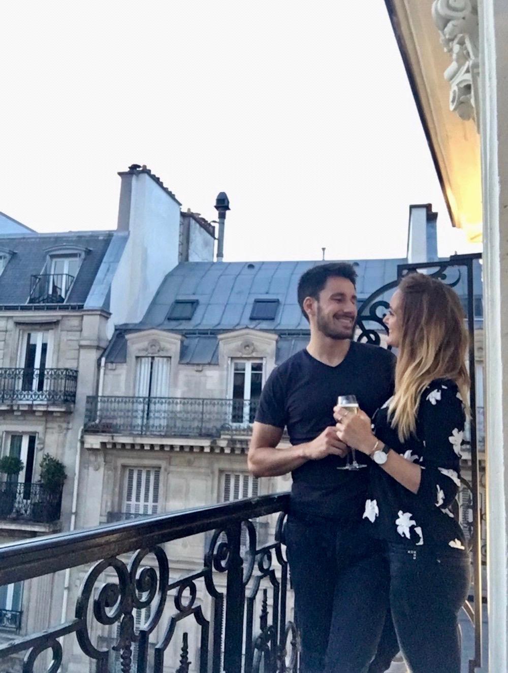 staycation-week-end-amoureux-paris-idee-surprendre-amoureux-balcon-vue-champagne