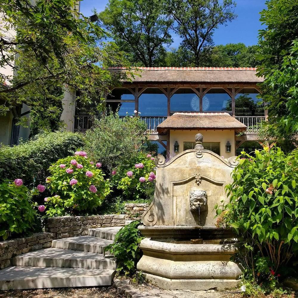 1-Les-etangs-de-corot-visite-spa-caudalie-hotel-restaurant-brunch-les-paillotes-le-cafe-des-artistes-promenade-escapade-en-amoureux-pres-de-paris-ville-avray-offre-staycation-exterieur-fontaine