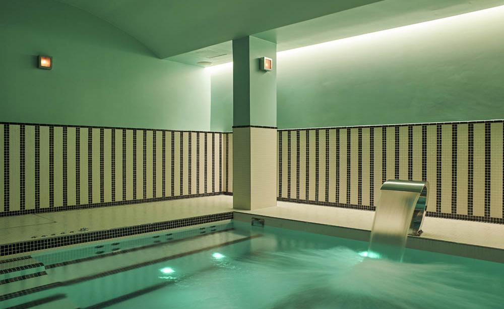 hotel paris 2ème avec piscine intérieure privée et spa privatif jet hydromassant